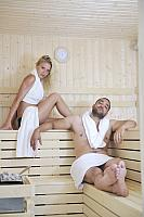 kozzi-24861318-happy young couple in sauna-1183x1774