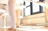 kozzi-17063343-Young ballerinas wearing pointe shoes-906x573